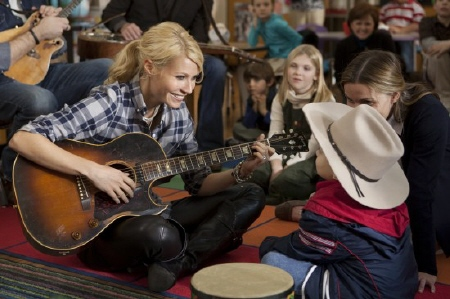 Kelly sings for a sick boy from the Screen Gems film Country Strong